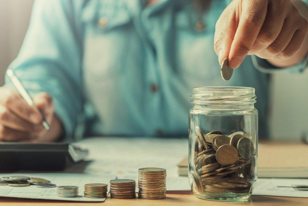 Dilema oko otplate dugova ili stavljanja novca na štednju